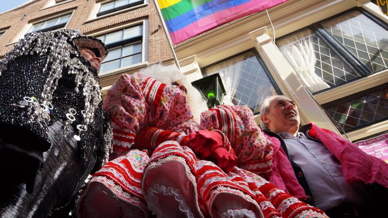 De Russische president Vladimir Poetin zal morgen vele regenboogvlaggen halfstok zien hangen. Op deze manier protesteren het COC en het actiecomité Gay message 4 Russia tegen de Russische anti-homowetgeving.  Oud-burgemeester Job Cohen hees zondagmidda