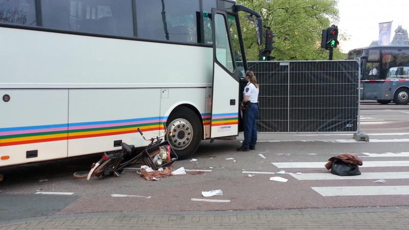 Fietster ernstig gewond na aanrijding met bus dossier kruispunt heinekenbrouwerij stadhouderskade ferdinand bolstraat