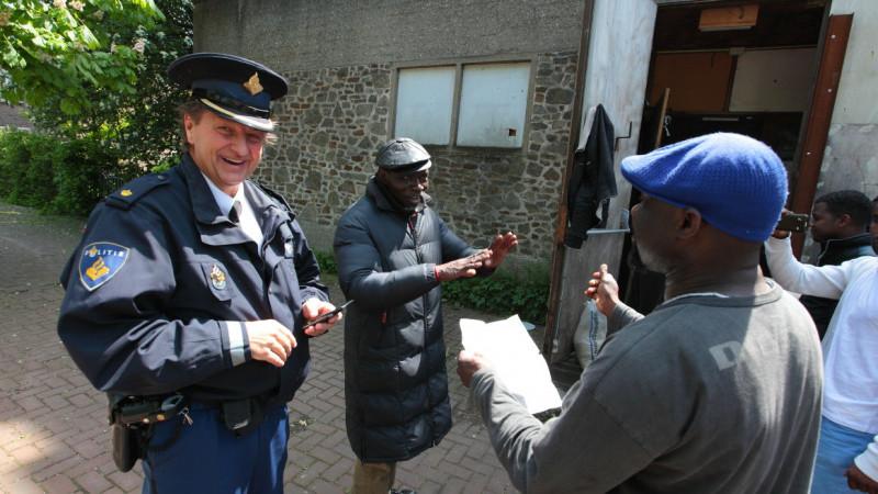 Vluchtelingen van 'Wij zijn hier', verlieten de Vluchtkerk. Tot veler verrassing was er een nieuw onderkomen gekraakt