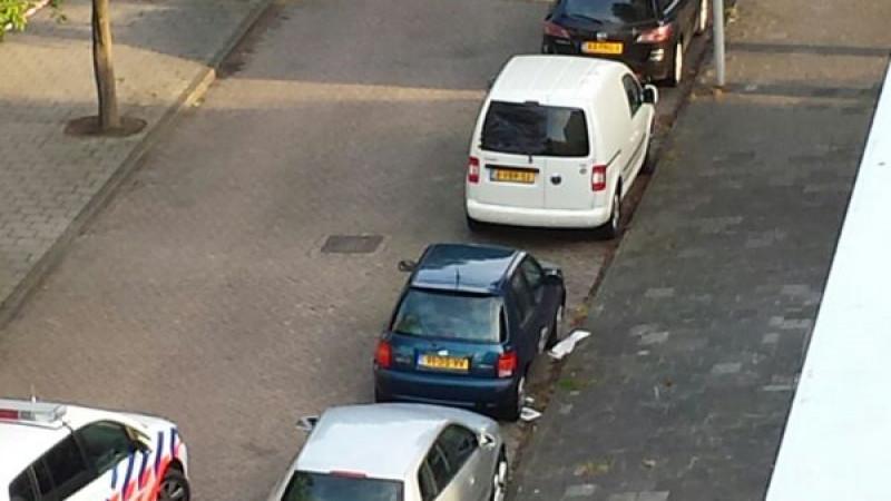 De caddy van de dader van dr schietpartij in amsterdam geuzenveld is gevonden in een zijstraat aan het confuciusplein in geuzenveld/slotermeer