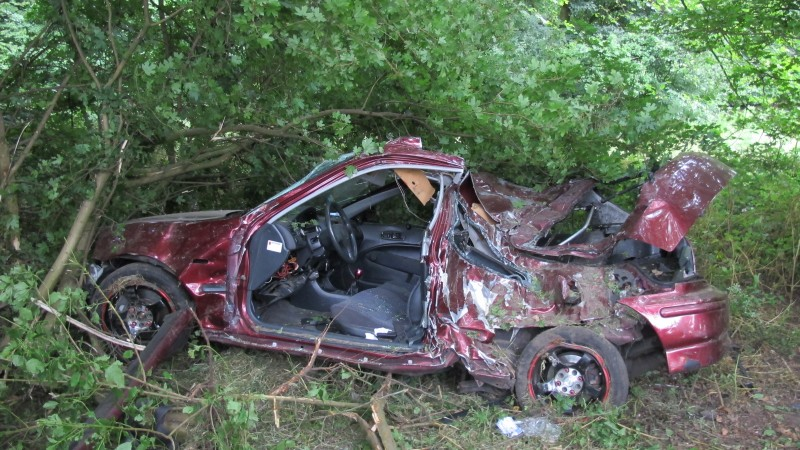 Auto volledig in puin na enorme crash