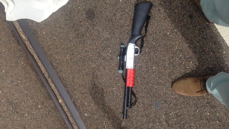 Auto klemgereden om speelgoedpistool 3-jarig jongetje