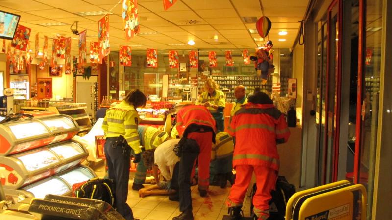 Bloedende man zakt bij tankstation in elkaar