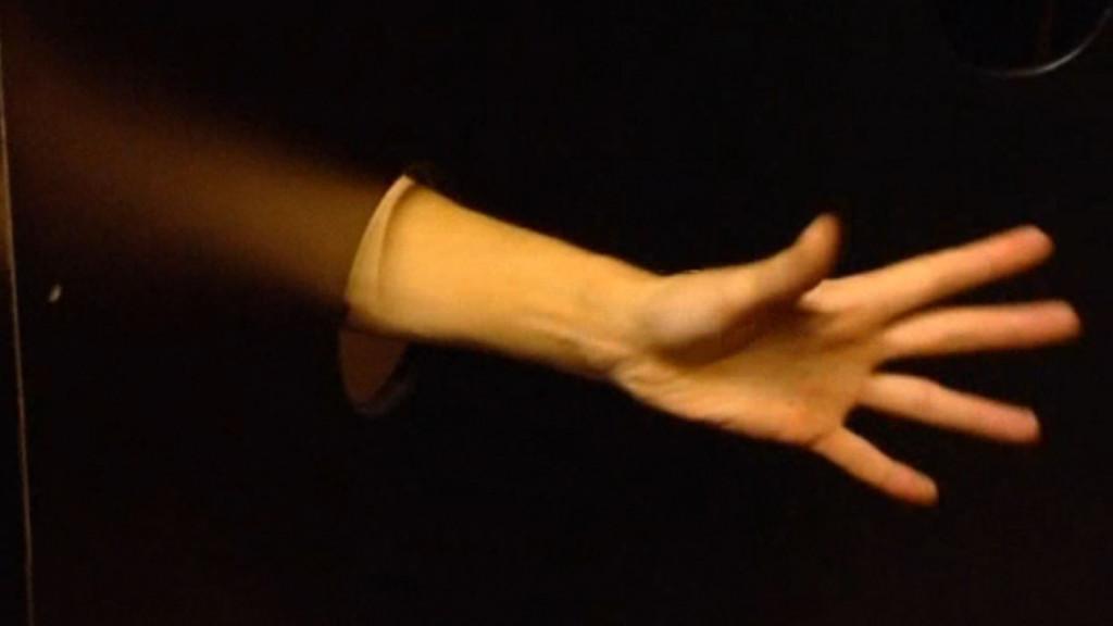 Handen tekort in gloryhole-carrousel gay-sauna
