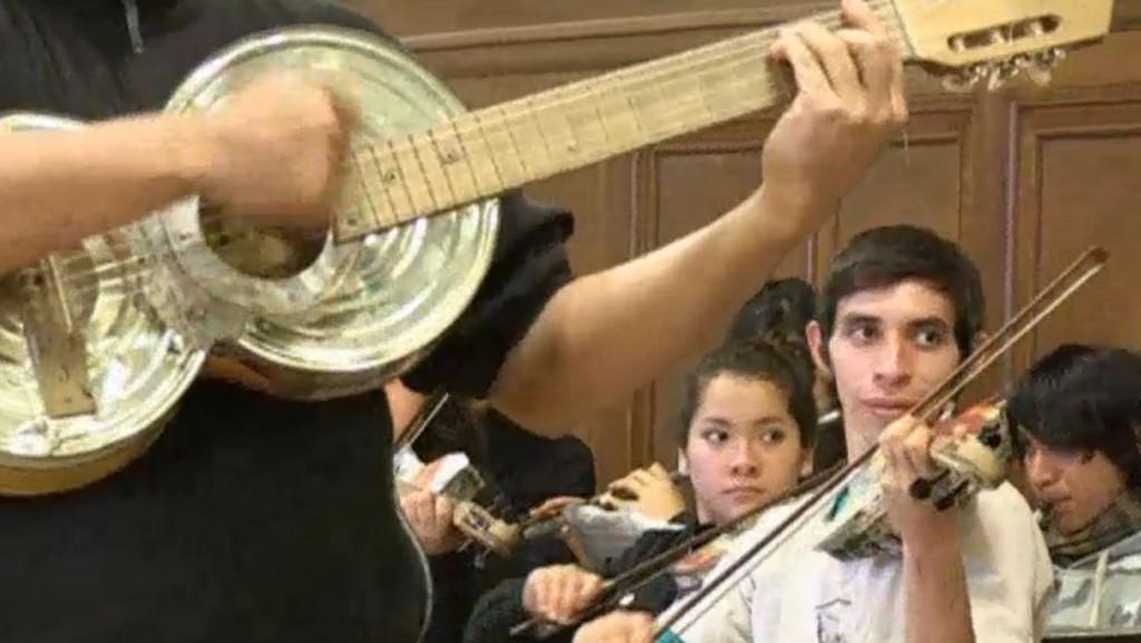 Beroemd 'afval-orkest' treedt op met scholieren