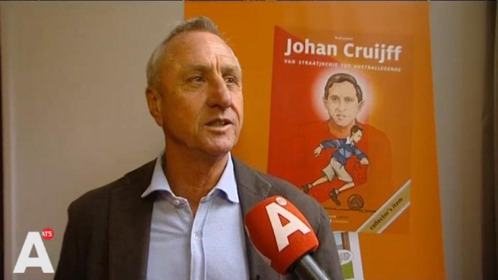 Johan Cruijff ontvangt eerste exemplaar stripboek