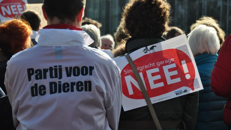 Zo'n 60 buurtbewoners verzamelden zich zaterdagochtend bij het Frederik Hendrikplantsoen om te protesteren tegen de tientallen miljoenen kostende Singelgrachtgarage, waar monumentale bomen voor gekapt zouden moeten worden.
