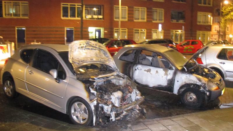 Geparkeerde auto's uitgebrand in Oost