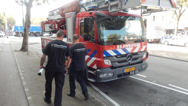 Terwijl de autospuit Anton uit de Dapperstraat met zes spuitgasten uitrukt voor een autobrandje vertrekt de ladderwagen met de overige twee brandweerlieden naar de Liddl om inkopen te doen voor het Diner. Met een flesje wijn onder de arm haasten zij zich