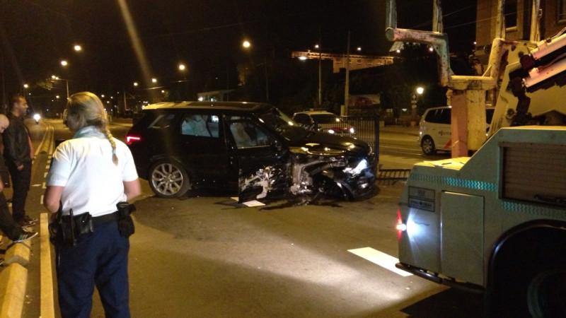 Een dronken automobilist veroorzaakt veel schade.. Nadat hij meerdere auto's schade had aangebracht reed hij met zijn auto tegen de hekken van de bus/tramhalte..
