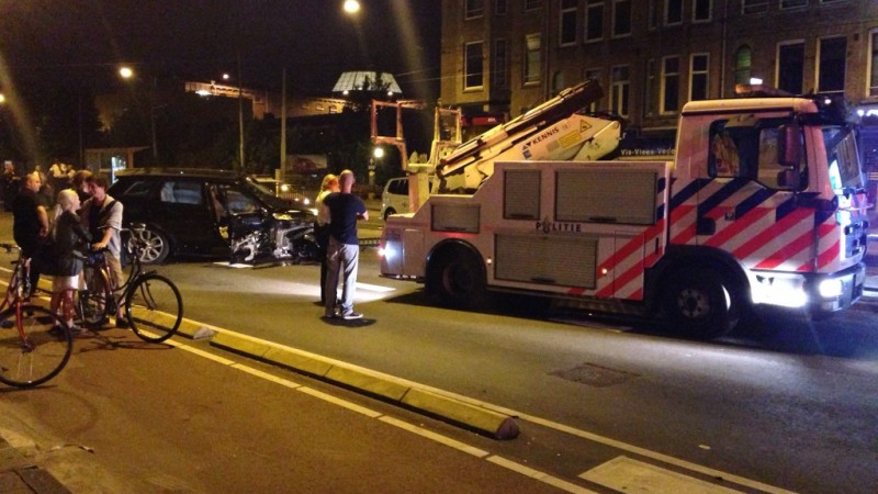 Een dronken automobilist veroorzaakt veel schade.. Nadat hij meerdere auto's schade had aangebracht reed hij met zijn auto tegen de hekken van de bus/tramhalte..het ongeluk gebeurde vanacht rond 03:00 uur.