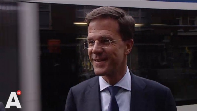 Mark Rutte duikt op in supermarkt in Oost
