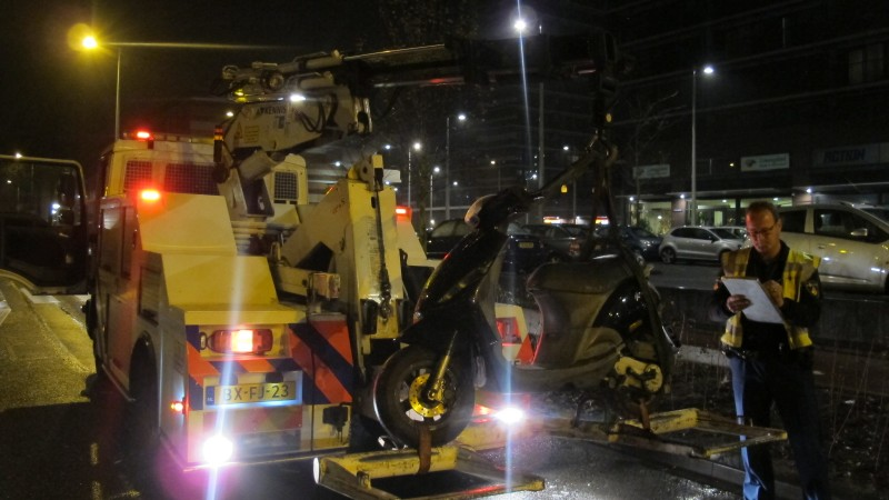 Scooterrijder ernstig gewond na botsing tegen vluchtheuvel in Noord