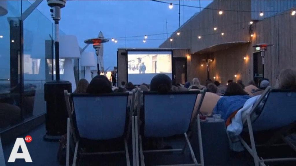 [Video] Romantisch film kijken op hoteldak