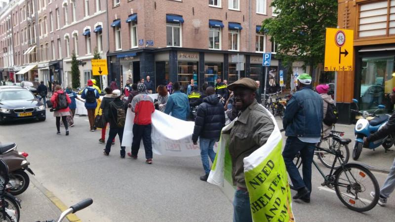 Uitgeprocedeerde asielzoekers in protestmars naar Vluchtloods