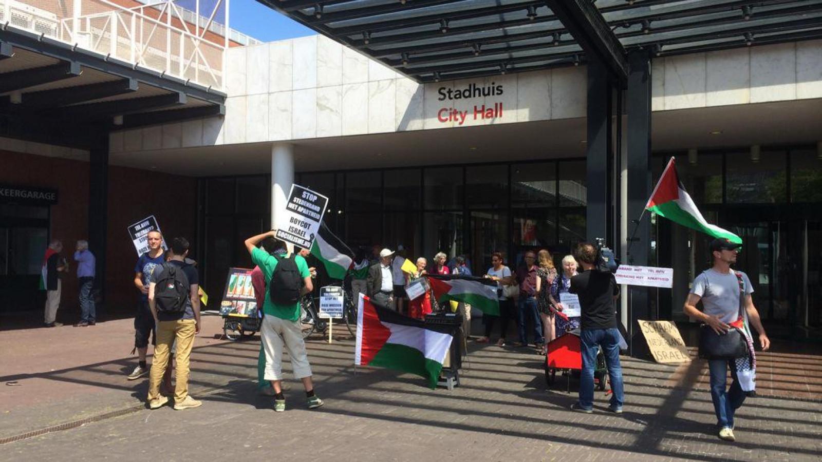 Demonstraties tegen en voor stedenband Tel Aviv bij stadhuis / archief