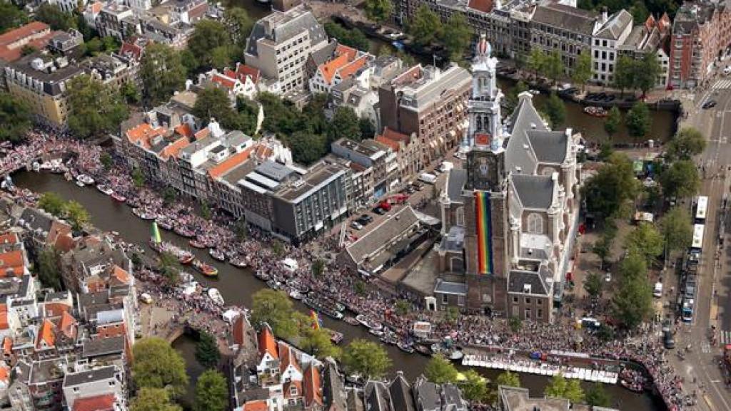 Canal Parade: 'Make America Gay Again' en een zelfmoordpreventie-boot
