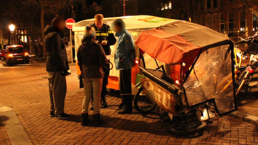 Tuk Tuk en fietstaxi knallen op elkaar in Centrum
