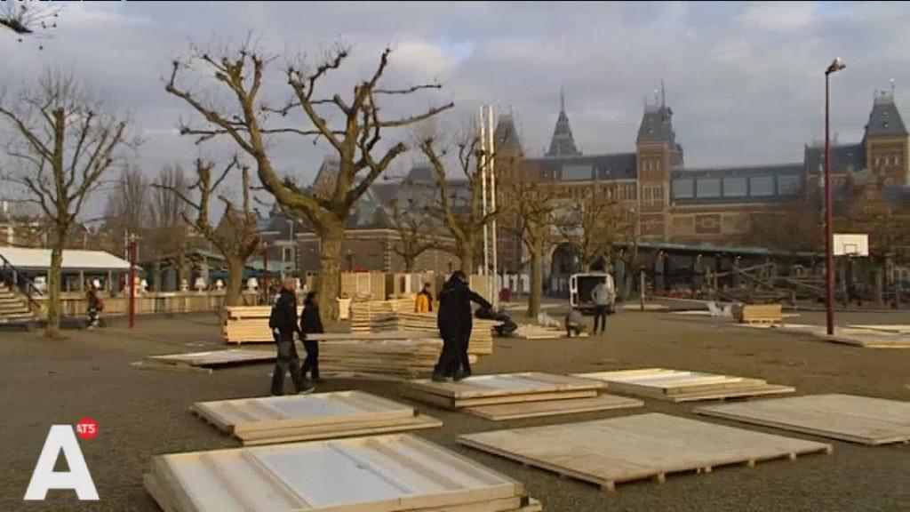 Medewerkers Pantar bouwen kerstmarkt Museumplein op