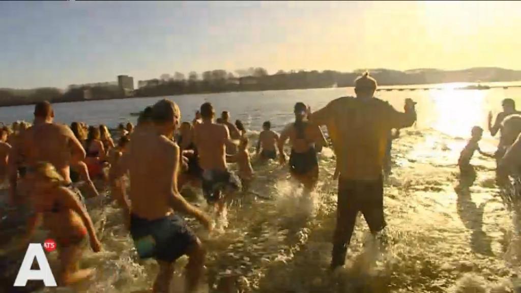 Honderden luiden nieuwe jaar in met frisse duik in Sloterplas