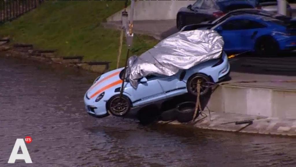 Peperdure Porsche bungelt boven het water