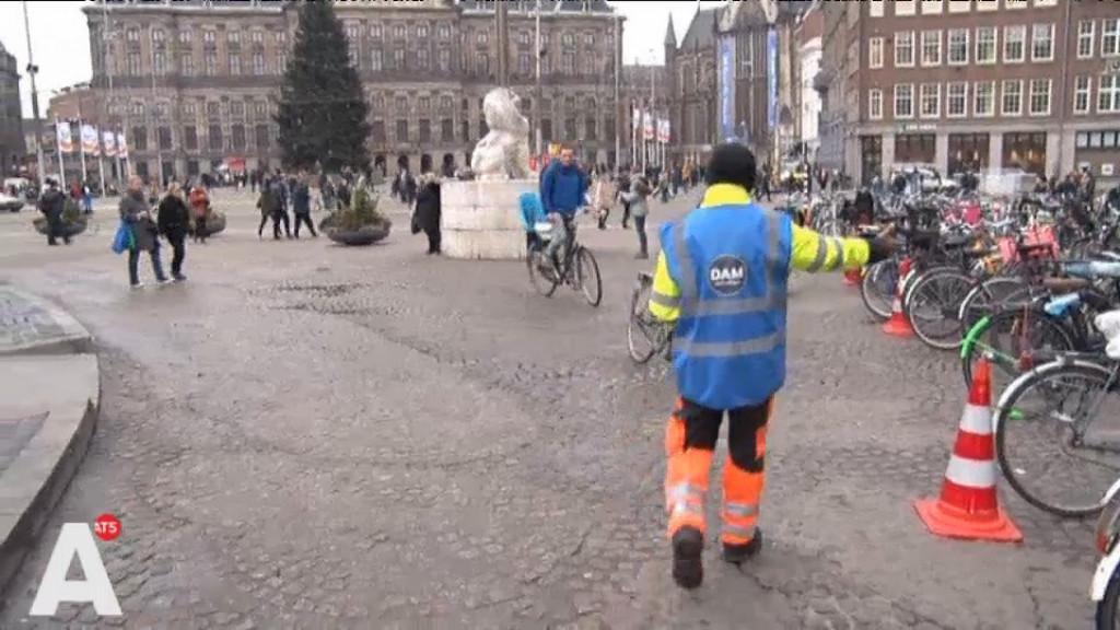 Coaches op Dam ingezet tegen fietsenchaos