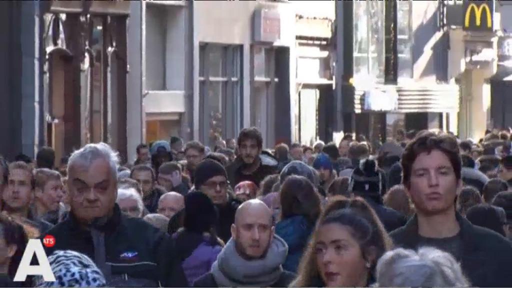 Winkelend publiek Kalverstraat trapt massaal in nep-superster