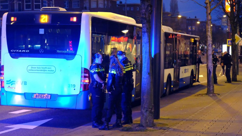 Ruit van bus kapot gegooid in Bos en Lommer