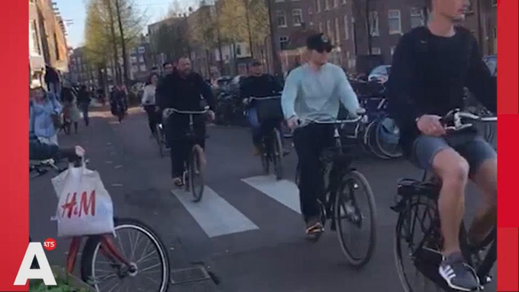 Ed Sheeran drinkt jenevertjes en toert op de fiets door Oost