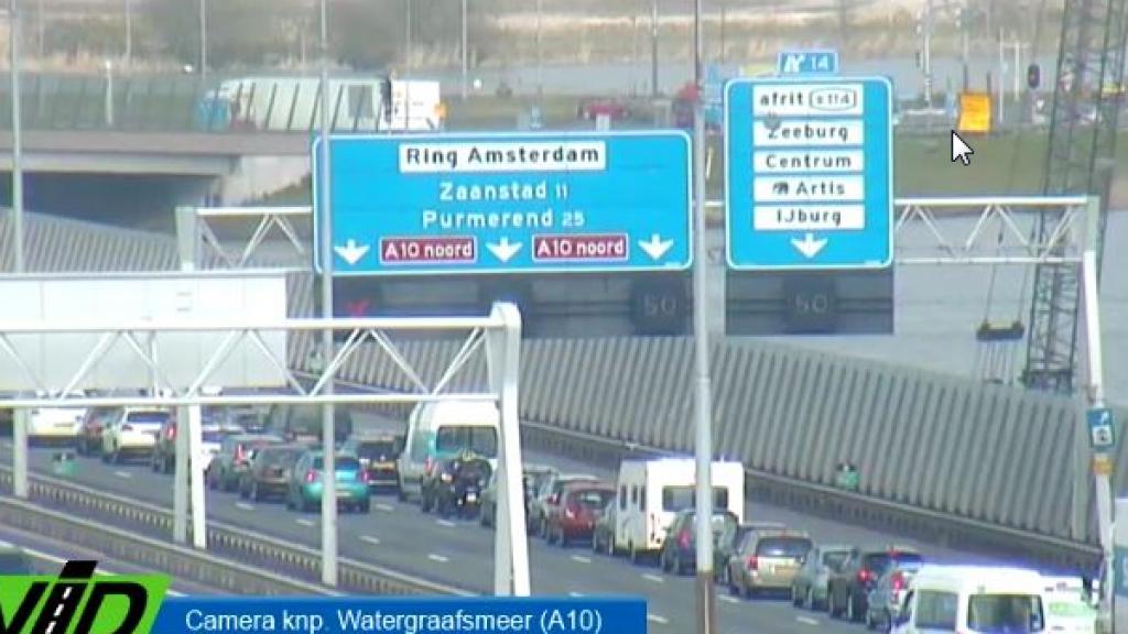Verkeer rond Amsterdam loopt vast door ongevallen.