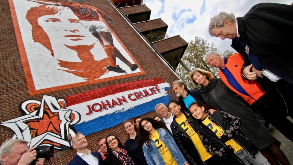 Johan Cruijff-muurschildering groots onthuld in de Watergraafsmeer