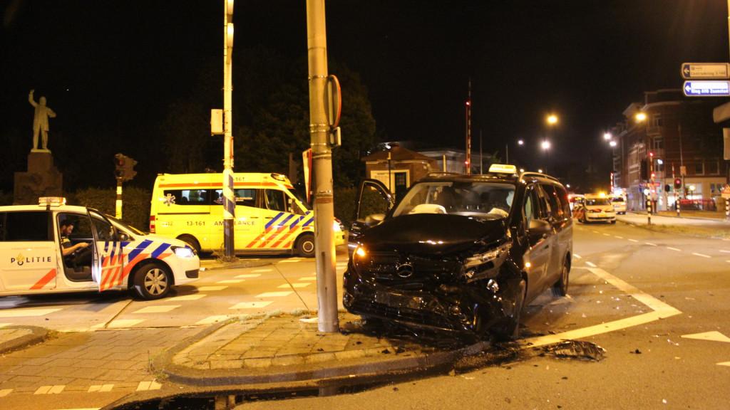 Meerdere gewonden bij botsing met taxibusje.