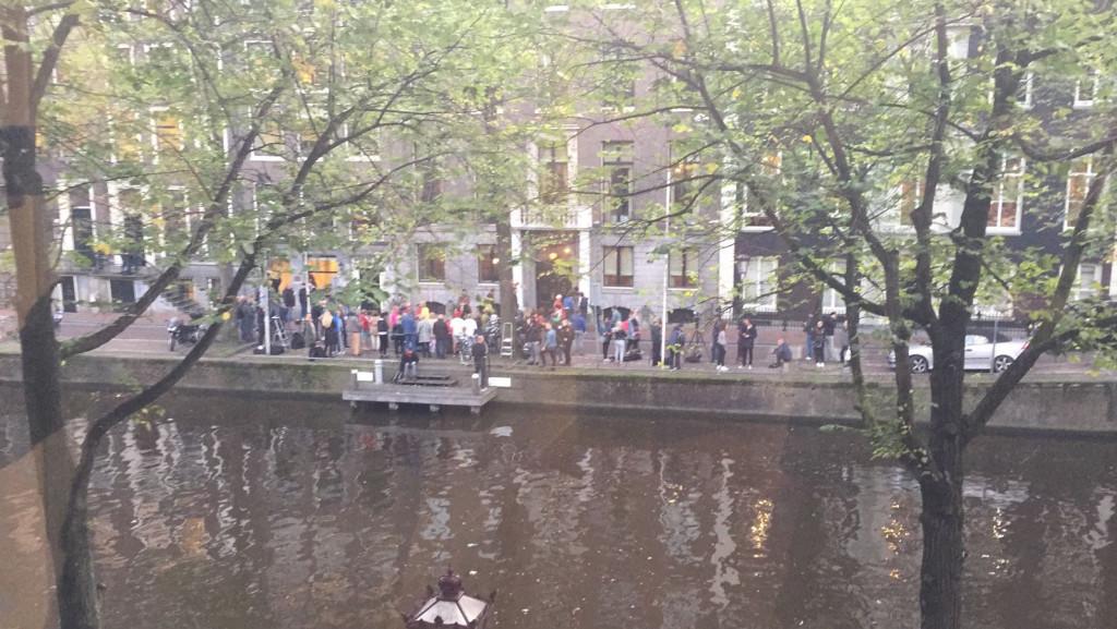 Duizenden klappen bij ambtswoning voor Eberhard van der Laan