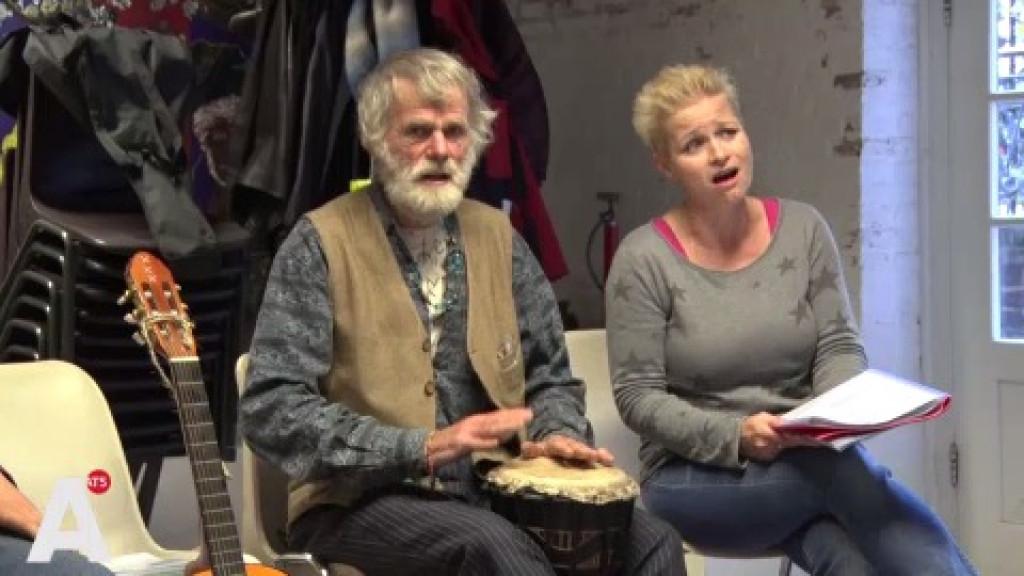 Daklozenkoor De Straatklinkers zingt voor beschermheer Van der Laan