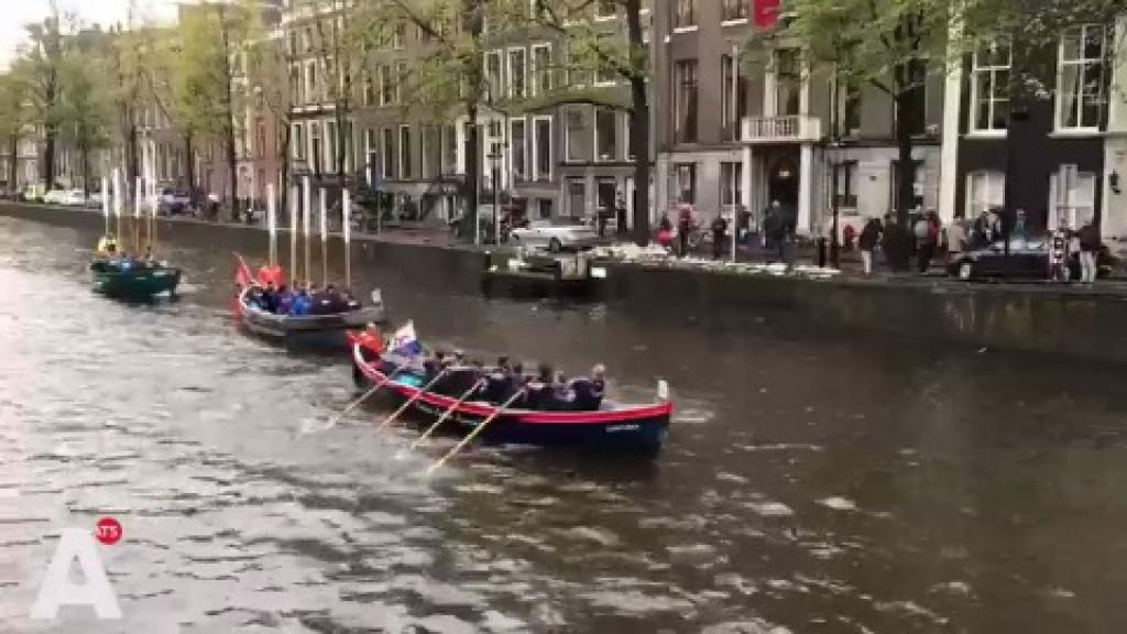 Roeiers bewijzen Van der Laan laatste eer tijdens Grachtenrace Amsterdam