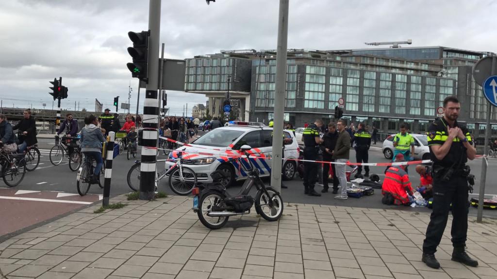 Grote verkeershinder na ongeval op Prins Hendrikkade.