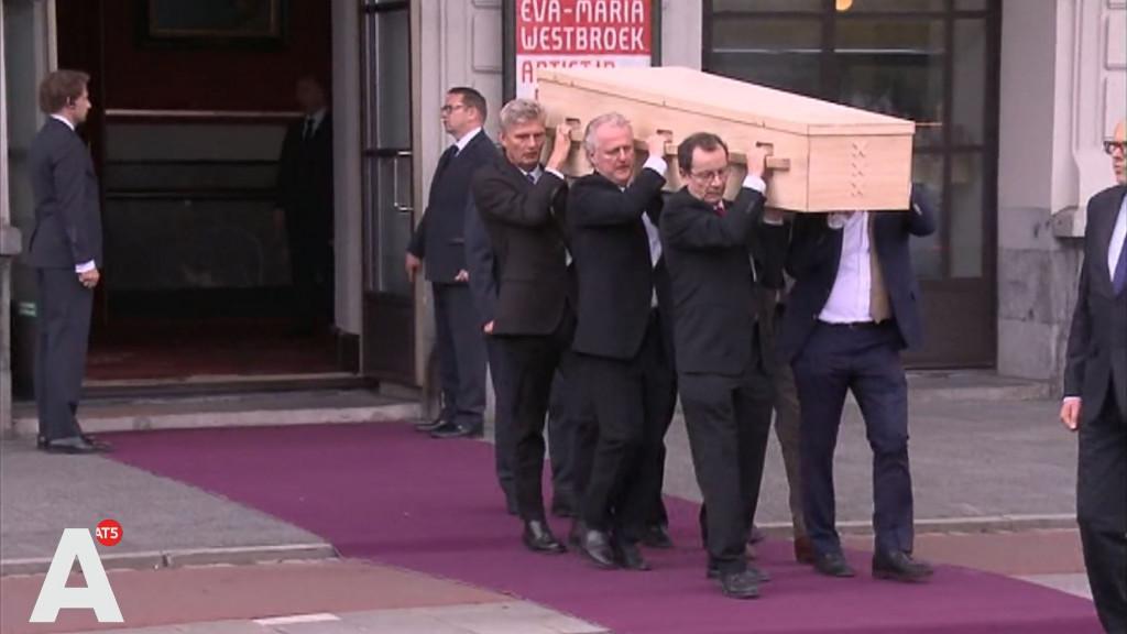 Honderden Amsterdammers klappen bij afscheid Van der Laan