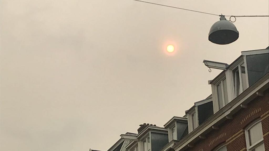 Waarom kleurt de zon fel oranje boven de stad?
