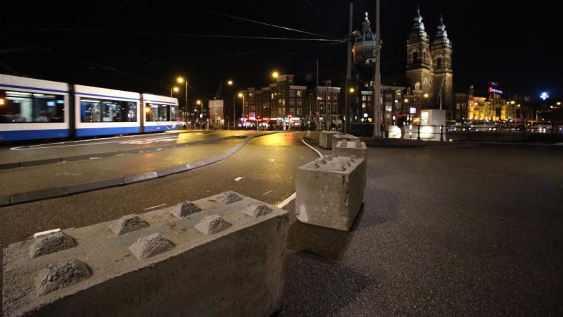 Betonblokken centraal station stationsplein