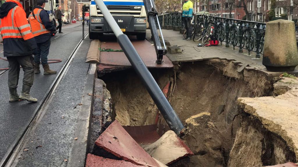 Wethouder Dijksma geschrokken van slechte staat kades en bruggen in de stad