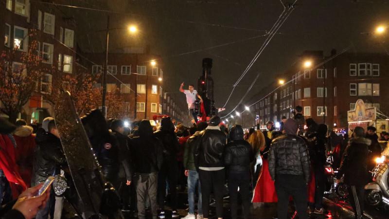 Uitzinnige Marokkaanse Amsterdammers op Mercatorplein na kwalificatie WK
