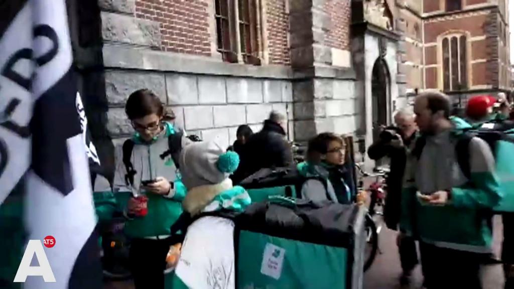 Deliveroo-bezorgers staken op de Keizersgracht tegen ZZP-regeling