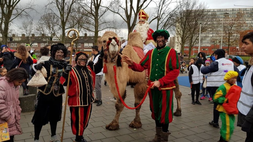 Sinterklaas komt aan op kameel in Osdorp