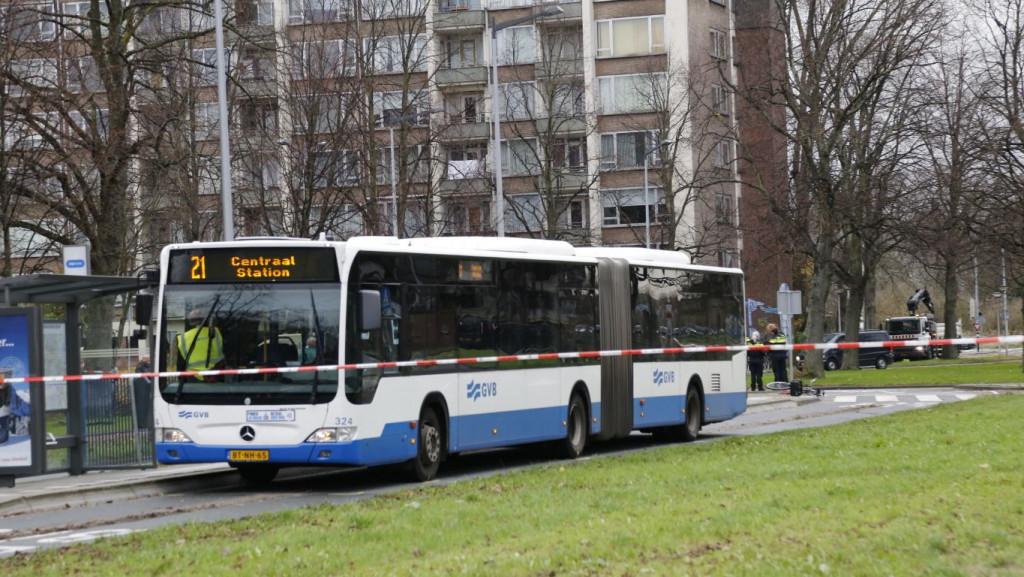 Tiener aangereden door bus op rotonde Burgemeester de Vlugtlaan.