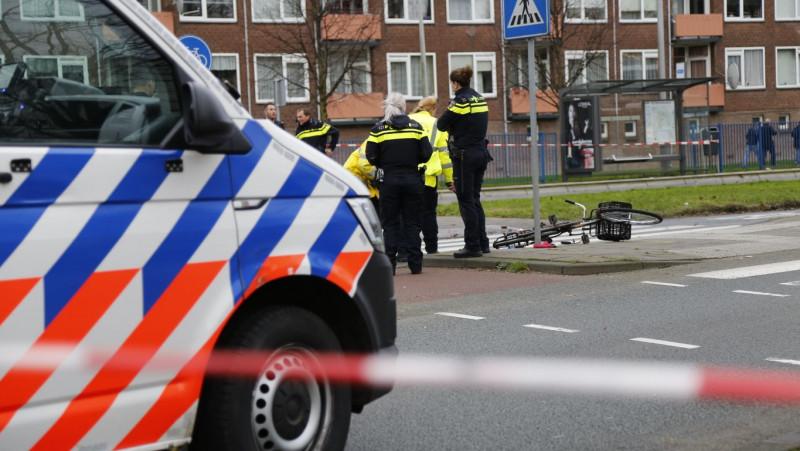 Tiener aangereden door bus op rotonde Burgemeester de Vlugtlaan