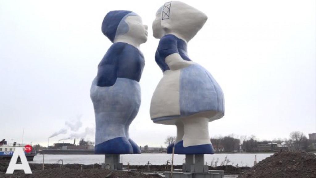 Kissing couple van tien meter hoog in Westelijk Havengebied