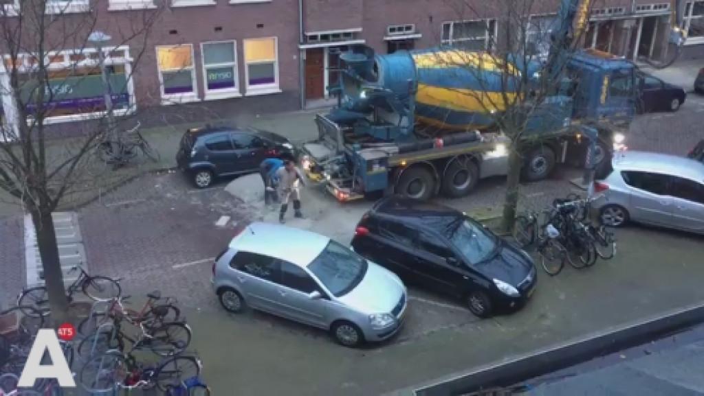 Betonwagen verliest lading beton op straat in West