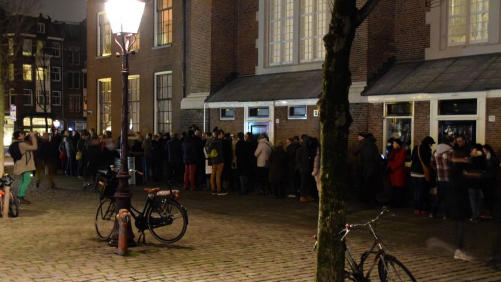 Lange rijen voor kerstviering Westerkerk