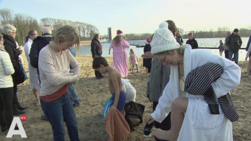 Amsterdammers starten het jaar met frisse duik in de Sloterplas: 'De temperatuur is goed'