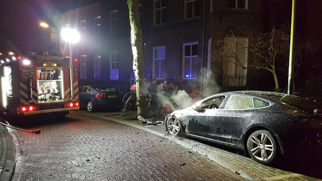 Twee Tesla's in brand gestoken in Vondelstraat: 'Niet zo'n fan van vooruitgang'